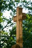 Kruis op een begraafplaats stock foto's