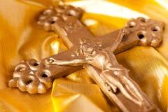 Kruis op gouden achtergrond Stock Foto's