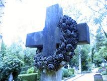 Kruis op grafsteen Stock Afbeeldingen