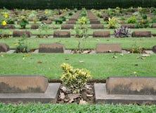 Kruis op grafsteen in begraafplaats Stock Afbeelding