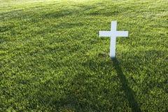 Kruis op gras Royalty-vrije Stock Afbeeldingen