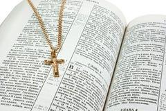 Kruis op Heilige Bijbel Stock Foto