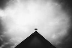Kruis op het kerkdak Stock Afbeeldingen