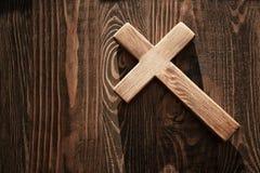 Kruis op houten achtergrond Stock Foto's
