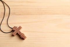 Kruis op houten achtergrond Stock Fotografie