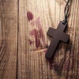 Kruis op houten achtergrond Stock Afbeeldingen