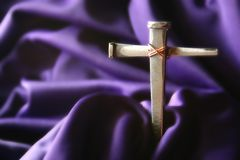 Kruis op Purple stock fotografie