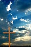 Kruis over Zonsondergang met Zonnestralen Royalty-vrije Stock Foto's