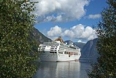 Kruis schip in de fjord royalty-vrije stock fotografie