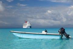 Kruis schip en vissersboot in blauwe oceaan Stock Foto