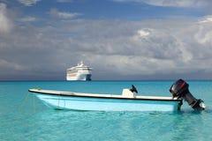 Kruis schip en vissersboot in blauwe oceaan Royalty-vrije Stock Fotografie