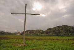 Kruis tegen stormachtige hemel Stock Foto