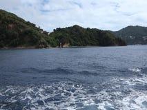 Kruis voorbij een eiland in de Caraïben door veerboot stock footage