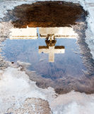 Kruis in vulklei wordt weerspiegeld die Royalty-vrije Stock Foto's