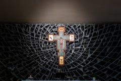 Kruisbeeld in de kerk royalty-vrije stock afbeeldingen