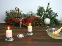 Kruisbeeld, kaarsen en wijwater op pastoraal bezoek tijdens Kerstmis wordt voorbereid die stock afbeelding