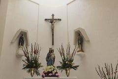 Kruisbeeld, Maagdelijke Mary met kind Jesus en twee heiligen stock foto's
