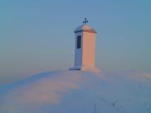 Kruisbeeld op heiligdom door de het plaatsen Zon wordt verlicht die royalty-vrije stock afbeelding