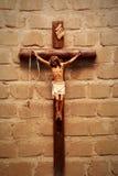 Kruisbeeld op muur in schijnwerper Jesus Christ op kruis Stock Fotografie
