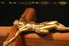Kruisbeeld op rug op zwarte met gouden harten wordt geïsoleerd dat stock foto