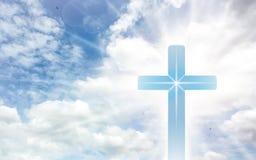 Kruisbeeldkruis op mooie hemel met zonnestraal Heilig kruis van Jesus-Christus op wolkenachtergrond stock afbeelding