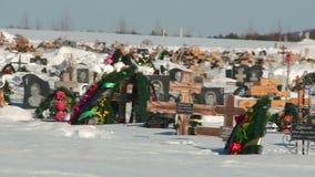 Kruisen aan de de winterbegraafplaats stock videobeelden