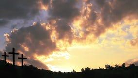 Kruisen bij zonsondergang stock video