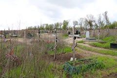 Kruisen en graven in het kerkhof Stock Foto's