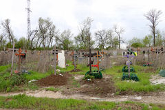 Kruisen en graven in het kerkhof Stock Foto