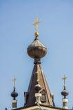 Kruisen en koepels van Kerk in Alushta Stock Foto