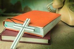 Kruisen en oude boeken stock foto's