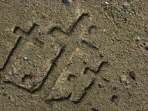 Kruisen in het zand worden gesneden dat Royalty-vrije Stock Afbeeldingen