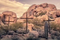 Kruisen in locatio van de woestijn rotsachtige kei Stock Fotografie