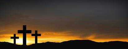 Kruisen op de heuvel over zonsondergangachtergrond Godsdienstig concept van stock foto
