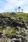 Kruisen op een rotsachtige heuvel onder blauwe hemel Stock Foto