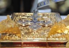 Kruisen, ringen en kronen van goud op de lijst Royalty-vrije Stock Fotografie