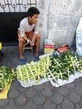 Kruisen van de jonge mensen de verkopende Palm royalty-vrije stock afbeeldingen