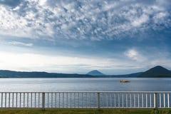 Kruisend bij Meer Toya met berg op achtergrond, Hokkaido, Jap Stock Foto