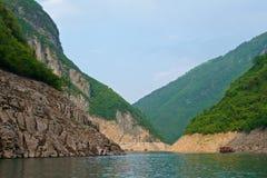 Kruisend door min Kloof Drie bij Yangtze-Rivier in Chongqing, China royalty-vrije stock foto's