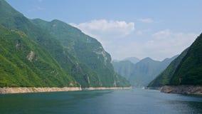 Kruisend door Wu-Kloof bij Yangtze-Rivier in Chongqing, China stock afbeelding