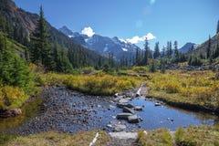 Kruisend een stroom op Meer dichtbijgelegen Ann Trail zet Baker op stock fotografie