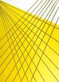 Kruisend kabels creeer een abstract patroon op geel en wit Royalty-vrije Stock Afbeelding