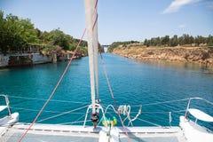 Kruisend met een catamaran of varend jachttrog het Kanaal van Royalty-vrije Stock Foto