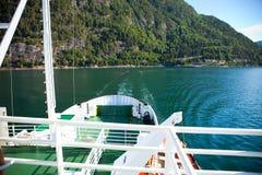 Kruisend op veerboot, mening van dek van schip Stock Afbeelding