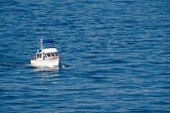 Kruisende Vissersboot Royalty-vrije Stock Afbeeldingen