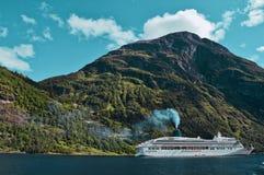 Kruiser in de fjord stock afbeelding