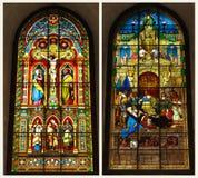 kruisiging in het stained-glass venster stock afbeelding