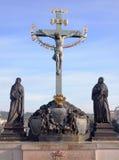 Kruisiging, standbeeld met het Hebreeuwse van letters voorzien in Charles Bridge Prague, Tsjechische Republiek Stock Afbeeldingen