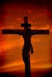 Kruisiging van Jesus-Christus tijdens zonsondergang Stock Foto