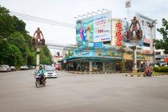 Kruising in centrale Krabi-Stad, met reuzeholbewonerstandbeelden, Stock Fotografie